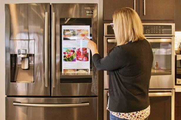 이 이미지는 대체 속성이 비어있습니다. 그 파일 이름은 smart-refrigerator.jpg입니다.