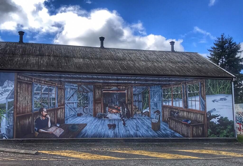 A country cabin mural on the side of a business in Sheffield Tasmania Australia