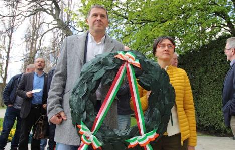 Arnaldo Otegi depositó una ofrenda floral en Arbour Hill para recordar a los líderes de 1916