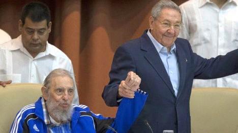 Fidel (89 años) y Raúl Castro (84) en el cierre del VII Congreso del Partido Comunista de Cuba.