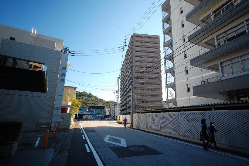 東西南北に方形の道が多い高知市街にあって珍しく斜めになっている道。この左手側が「出城的」なエリア