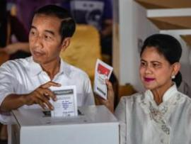Indonesian President Joko Widodo and his wife Iriana vote at a polling station on April 17, 2019 in Jakarta, Indonesia