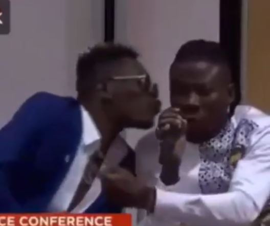 Video: Shatta Wale plants a kiss on?Stonebwoy during their