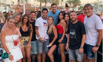 Football stars, Messi, Suarez, ?Fabregas and Jordi Alba party in Ibiza with their wives (Photos)