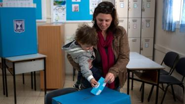 Israeli woman voting in Jerusalem (file photo)