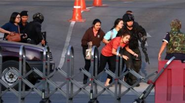 Thai security forces evacuate people from the Terminal 21 shopping centre in Nakhon Ratchasima. Photo: 9 February 2020