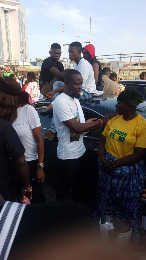 #EndSARS: Nigerian youths protesting at Lekki toll gate reportedly raise over N2Million for a groundnut seller at the protest ground (Photos)
