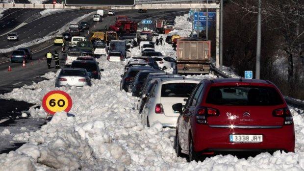 Cars stuck in snow on M-40, Madrid, 11 Jan 21