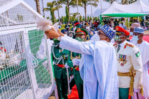 Nigerians react as the white pigeons released by President Buhari at Armed Forces Remembrance Day celebration refused to fly (video)