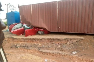 Occupants escape unhurt as container falls on vehicle in Ikorodu (photo)