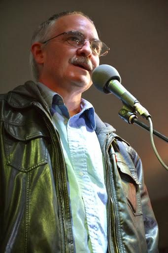 Tim Redmond addresses the crowd.