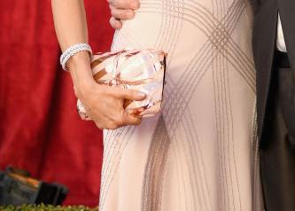 felicity-huffman-clutch-sag-awards-red-carpet-4chion-lifestyle