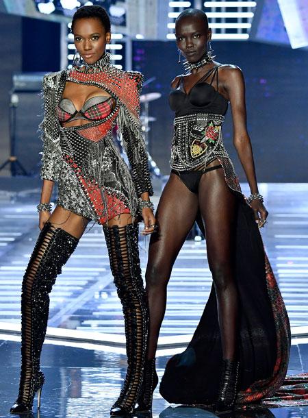 fashion-show-runway-2017-punk-angel-herieth-look-21-grace-b-look-22-victorias-secret 4chion lifestyle