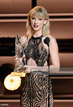 taylor-swift-cma-4chion-lifestyle