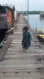 Anak saya berjalan di pelantar
