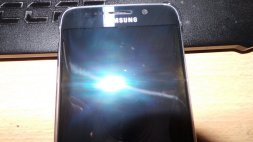 Galaxy-S6--amp-edge-scratched-by-Samsungs-Clear-View-case-6