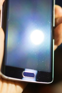 Galaxy-S6--amp-edge-scratched-by-Samsungs-Clear-View-case-9