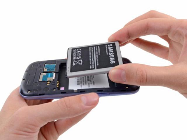 03-retirar-bateria-smartphone - 4gnews.pt