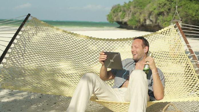 tablet homem praia