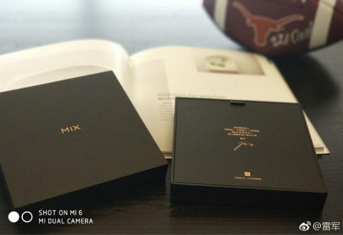 CEO da Xiaomi mostra a caixa do Xiaomi Mi Mix 2
