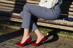 look_blogger_trends_gallery_fasion_pantalon_cuadros_tiro_alto_stilettos-rojos-1