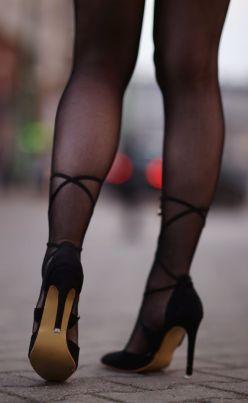 czarne rajstopy buty wiazane na lydce