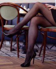 czarne rajstopy nogi szpilki