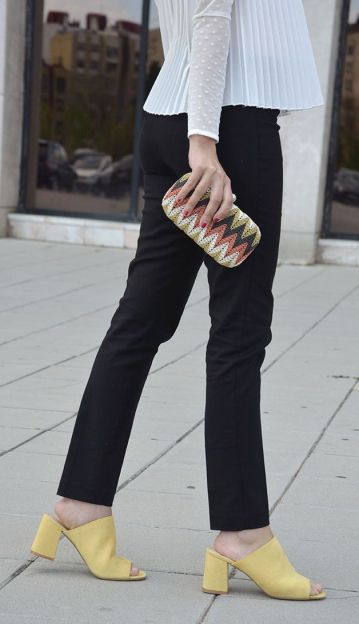 Yellow_mules-tacon-blogger-trends-gallery-look-outfit-black-white-yellow-shoes 5