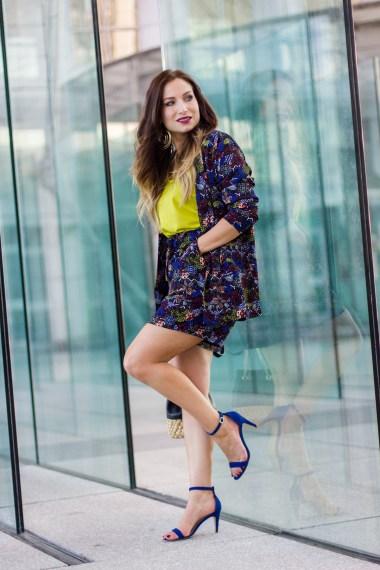 La Minute streetstyle-tailleur-wax-top-jaune-sandales-bleu