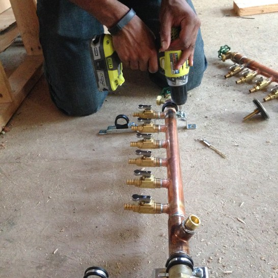 Attaching the manifold to the mounting bracket