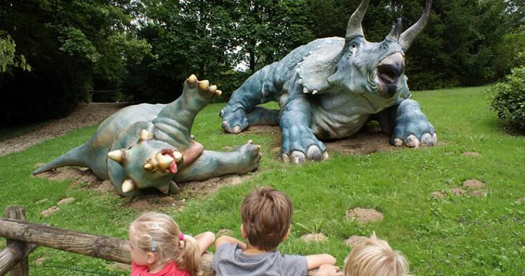 Met kinderen naar Dino Zoo: wandelen en spelen tussen de dino's