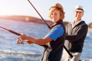 Kind und Opa angeln