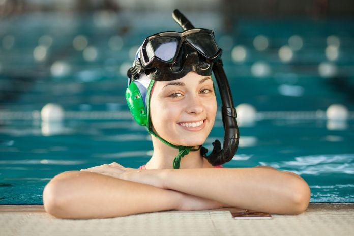 Junge Sportlerin des Unterwasser-Hockeys