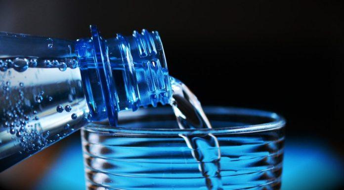 Wasser aus Glas trinken