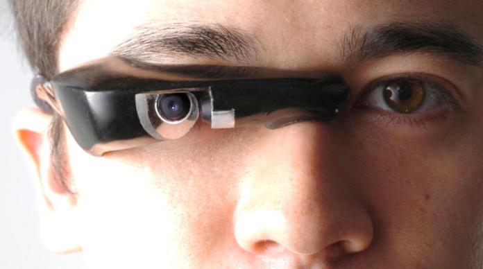 Mann mit einer integrierten Kamera in der Brille
