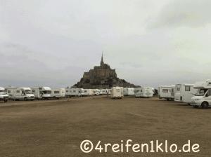 Der Wohnmobilstellplatz vor den Toren des gigantische Klosterbergs von St. Michel (2010). Heute gibt es diesen Stellplatz nicht mehr.