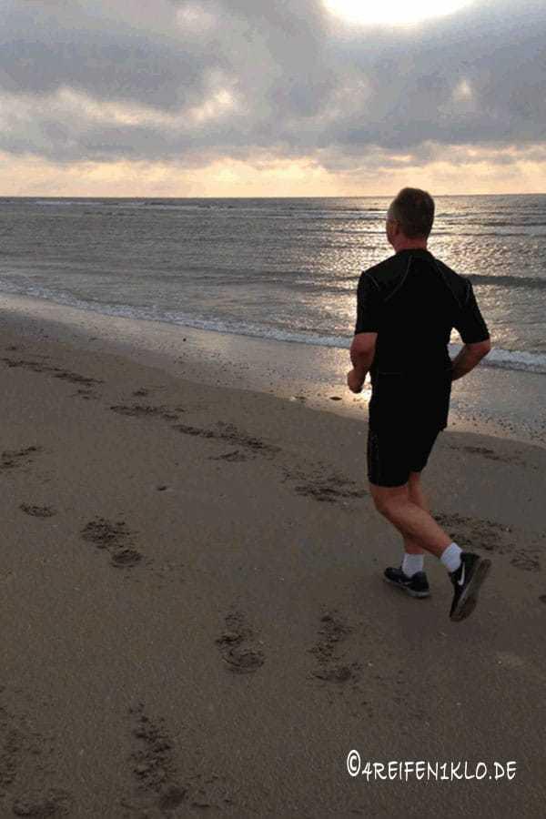 Durch Lauftherapie am Strand Joggen
