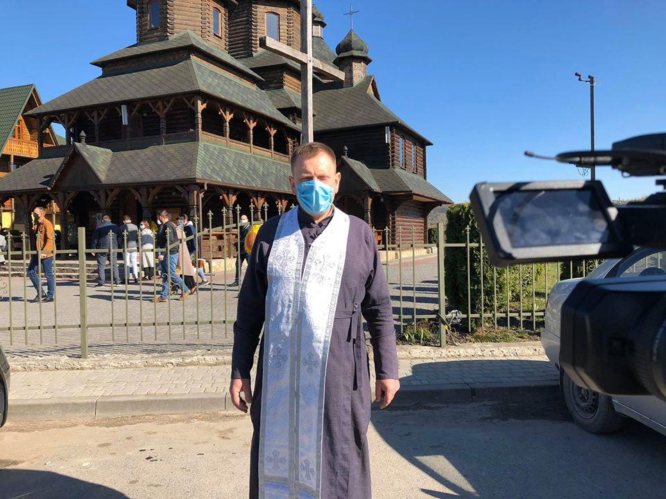 Як у Золочеві під час карантину освячують паски. Фото: Ярослав Даниленко.