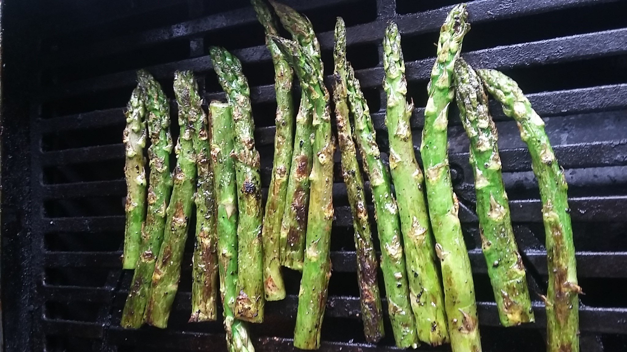 charred asparagus on the grill