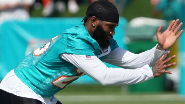 'Always motivated,' DB Xavien Howard practices, leaves door open to stay with Miami Dolphins