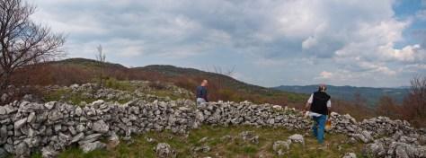 Зидови усред планине