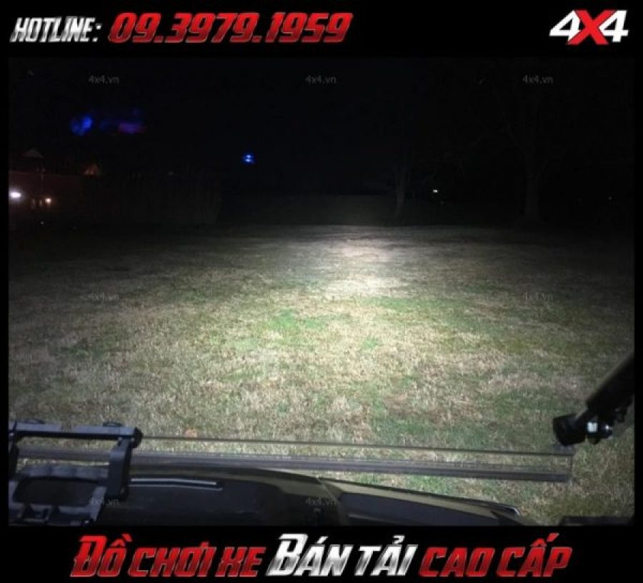 Photo <strong>đèn nóc xe bán tải</strong>: xe Ford Ranger và xe hơi gắn đèn led bar để trợ sáng khi đi đường vào ban đêm