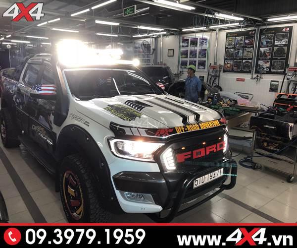 Mặt ga lăng Ford Ranger: Chiếc bán tải Ford Ranger màu trắng độ mặt calang có đèn hai bên đẹp và nổi bật