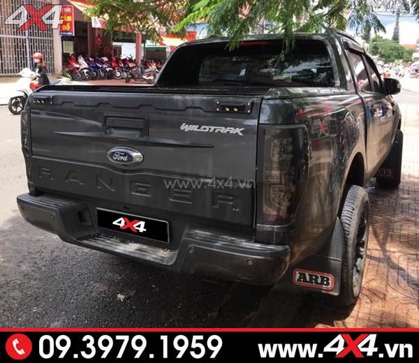 Ốp cốp sau bản nhỏ màu đen gắn ngầu và cứng cáp cho xe Ford Ranger