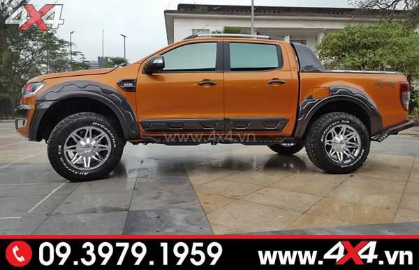 Chiếc Ford Ranger màu cam gắn ốp sườn màu đen bản nhỏ đẹp và cứng cáp
