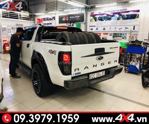 Xe Ford Ranger màu trắng gắn ốp tay nắm mở cốp sau đẹp và chất