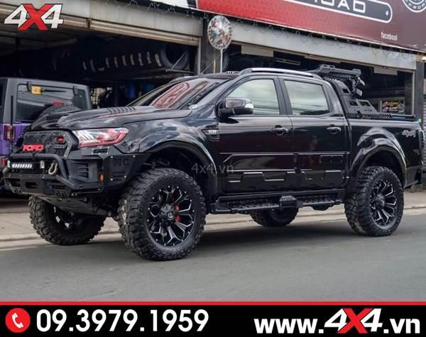 Chiếc bán tải Ford Ranger màu đen gắn ốp hông cửa Ford Ranger bản lớn tăng thêm vẻ ngoài cứng cáp