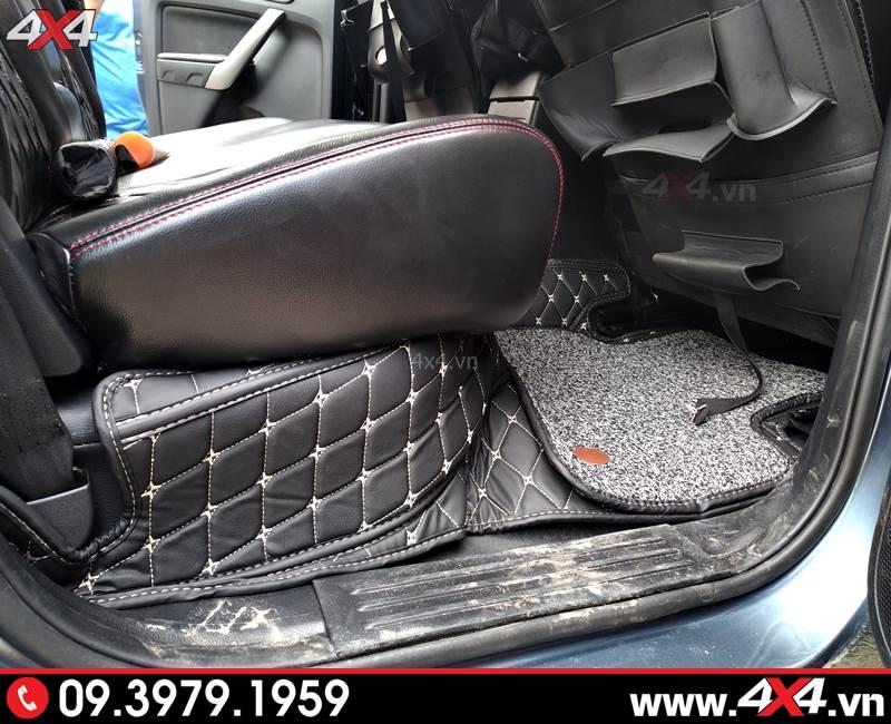 Thảm lót sàn 5D với đường chỉ màu vàng giúp trang trí xe thêm sang trọng và nổi bật