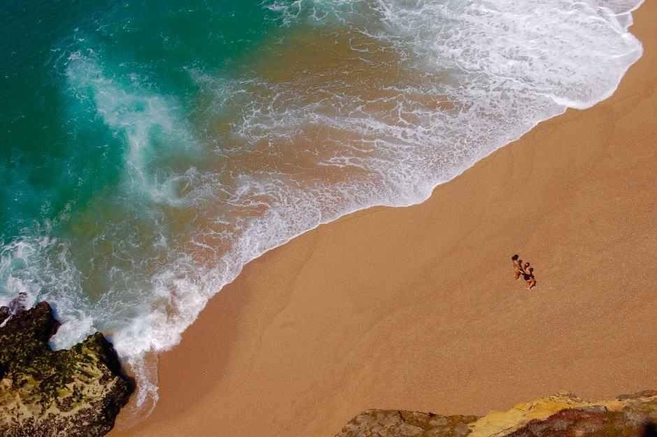 people on beach la mer et les vagues
