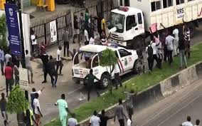 EndSars: Hoodlums Setup Road Blocks Around Lagos Collect Tolls As Protest Continues hoodlums - download 6 - Hoodlums Setup Road Block Around Lagos Collect Toll As EndSars Protest Continues hoodlums - download 6 - Hoodlums Setup Road Block Around Lagos Collect Toll As EndSars Protest Continues